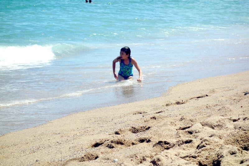 Mädchen am Strand in Barcelona lizenzfreies stockbild