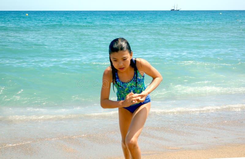 Mädchen am Strand in Barcelona stockbilder