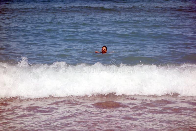 Mädchen am Strand in Barcelona stockbild