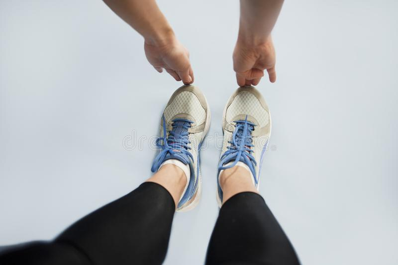 Mädchen strebt herein Sport beim Handeln von Übungen auf einem lokalisierten Hintergrund an Apfel- und Bandmaß Erste Personenansi lizenzfreies stockbild