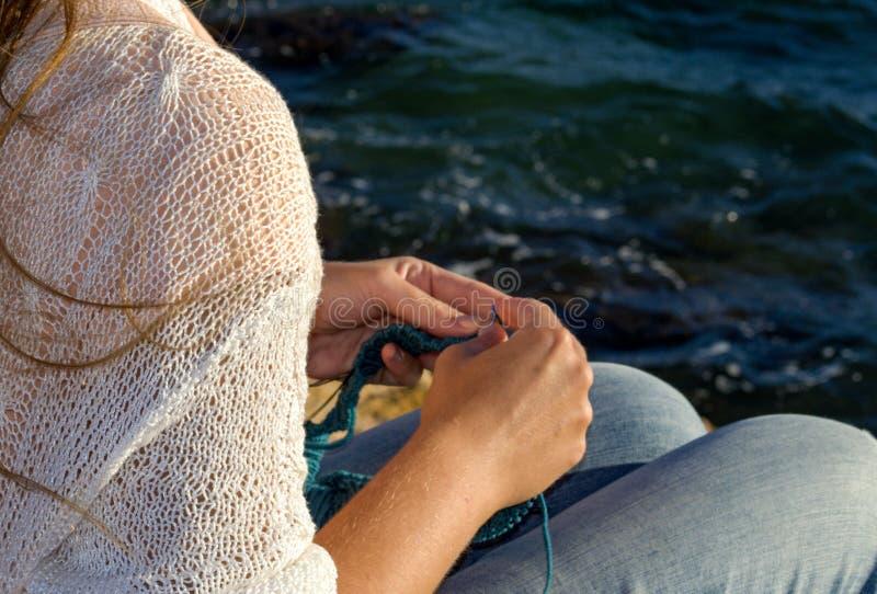 Mädchen strickt auf den Ufern des Mittelmeeres stockfoto