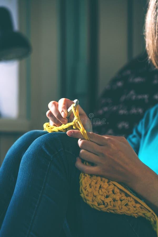 Mädchen strickt Häkelarbeit zu Hause lizenzfreies stockfoto