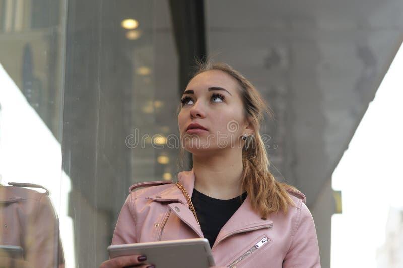 Mädchen sucht nach einer Weise durch den Navigator in ihrer Tablette stockfoto