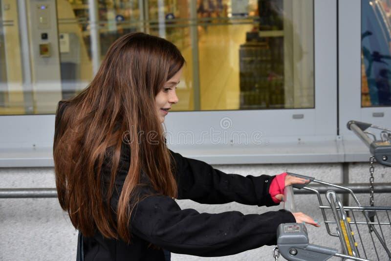 Mädchen am Supermarkt stockfoto