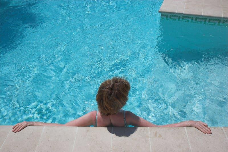 Mädchen am Swimmingpool lizenzfreies stockbild