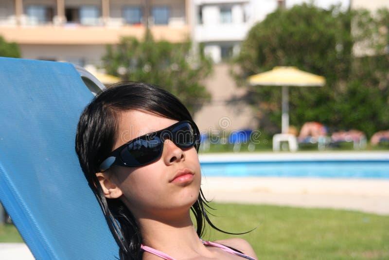 Mädchen am Swimmingpool lizenzfreie stockfotografie