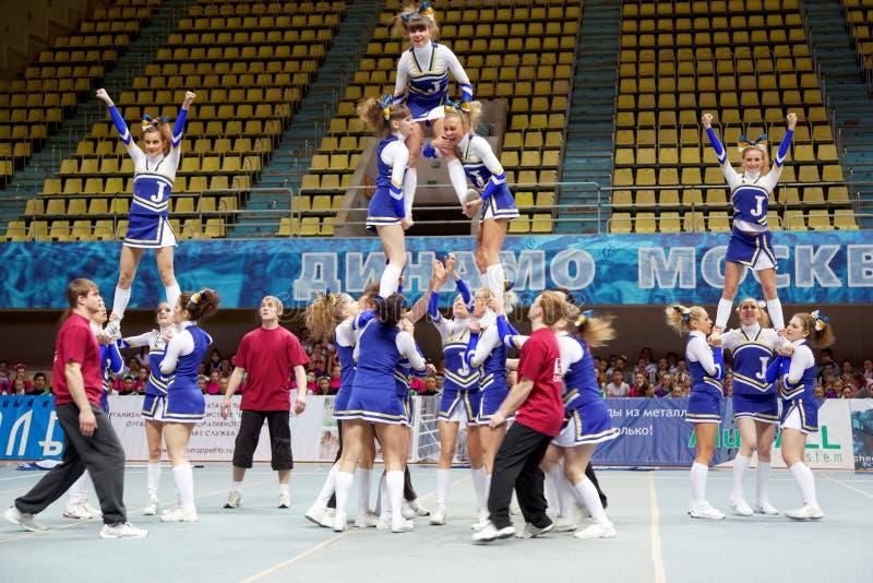 Mädchen-Teilnehmer von Cheerleaderteam Stau führen durch lizenzfreie stockfotografie