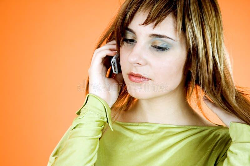 Mädchen am Telefon stockbild