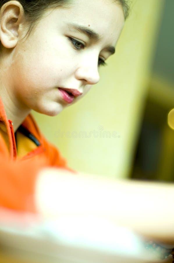 Mädchen am Tisch stockbild