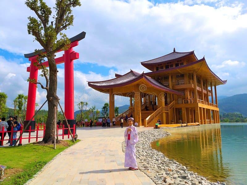 Mädchen tragen yukata Neues reisendes Schloss der japanischen Art Platz Hinoki-Landes gemacht durch Hinoki-Holz und japanische Zy lizenzfreie stockbilder