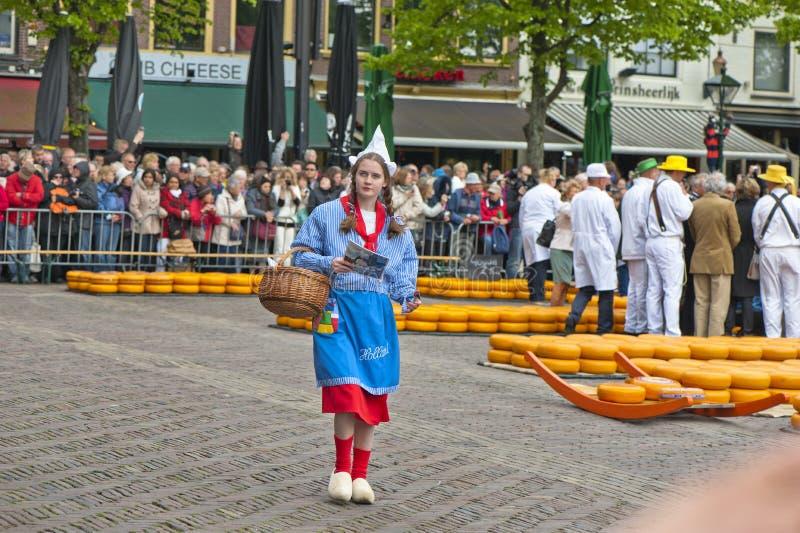 Mädchen, tragende traditionelle niederländische Kleidung lizenzfreies stockfoto