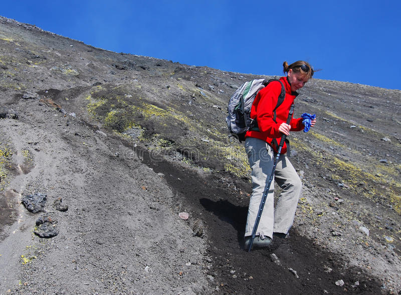 Mädchen-Trekking auf Ätna-Vulkan lizenzfreie stockbilder