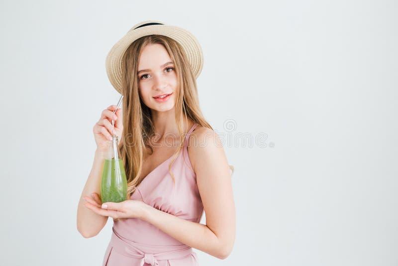 Mädchen trinkt ein gesundes grünes Getränk mit Basilikumsamen stockbilder