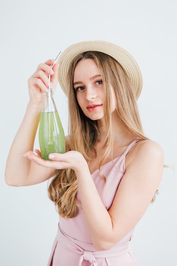 Mädchen trinkt ein gesundes grünes Getränk mit Basilikumsamen lizenzfreie stockfotos
