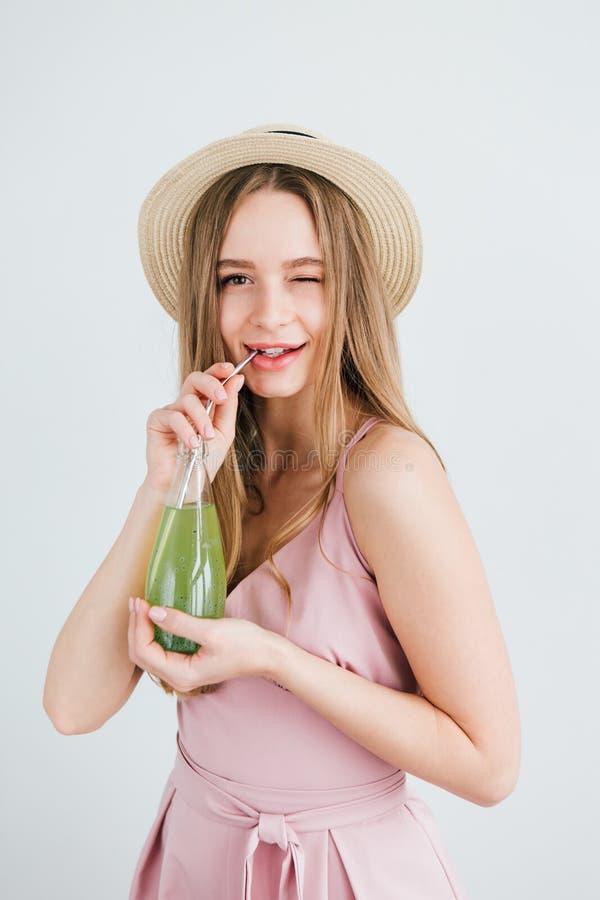 Mädchen trinkt ein gesundes grünes Getränk mit Basilikumsamen lizenzfreies stockbild