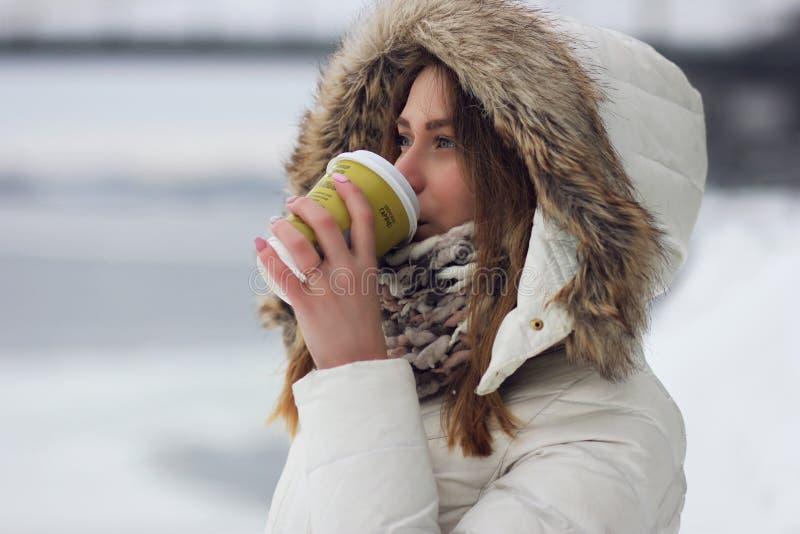 Mädchen trinkt Kaffee lizenzfreies stockbild
