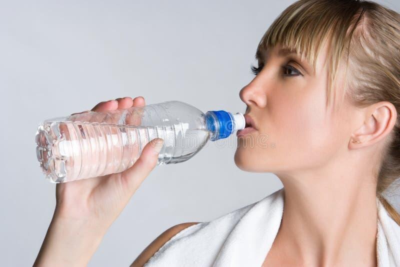 Mädchen-Trinkwasser stockfotos