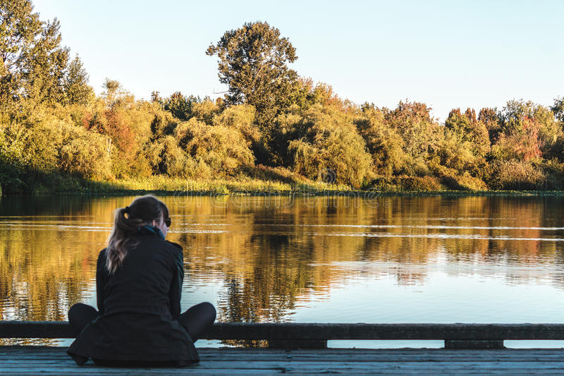 Mädchen am Trout See in Vancouver, Kanada lizenzfreie stockfotografie