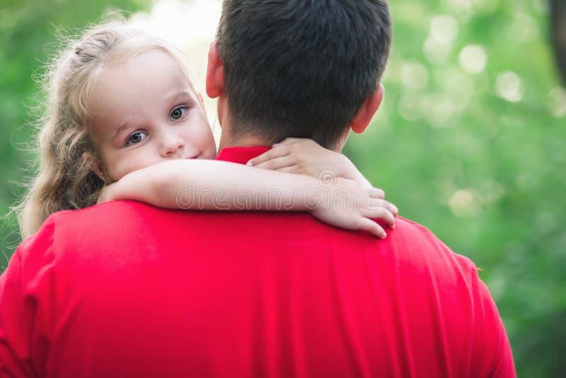 Mädchen umarmen ihren Vati mit Liebe stockbild
