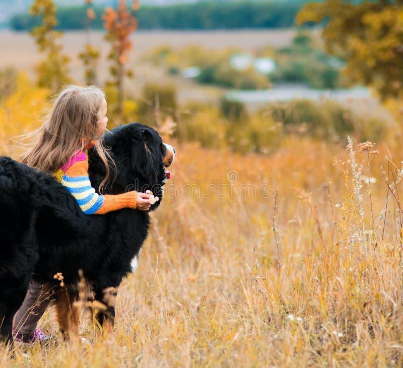 Mädchen umarmt einen Hund, auf Weg mit ihrem Vierbeiner lizenzfreie stockfotos