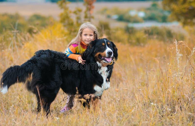 Mädchen umarmt einen Hund, auf Weg mit ihrem Vierbeiner stockfotos