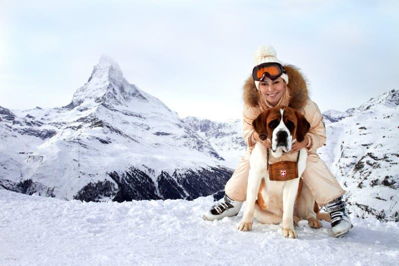 Mädchen umarmt einen Hundsparer lizenzfreie stockfotos