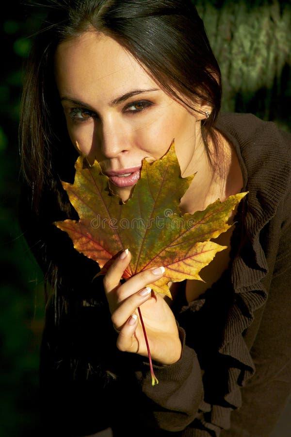 Mädchen- und Ahornholzurlaub stockfoto