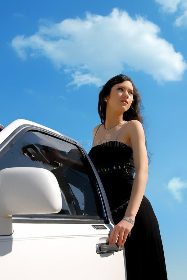 Mädchen und Auto stockfoto