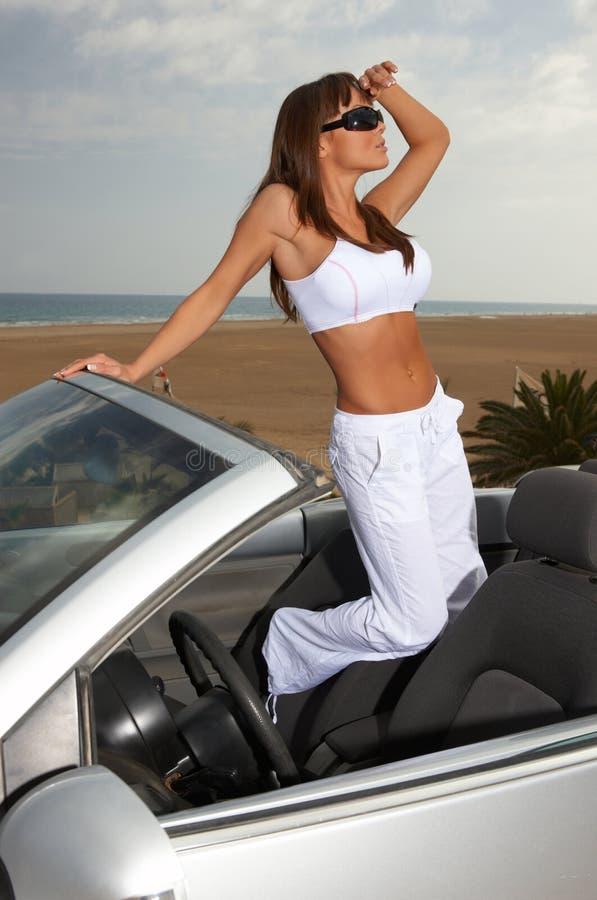Mädchen und Auto lizenzfreie stockbilder