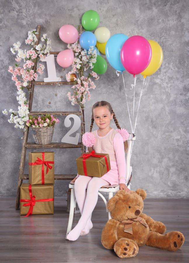 Mädchen und Bär lizenzfreies stockfoto