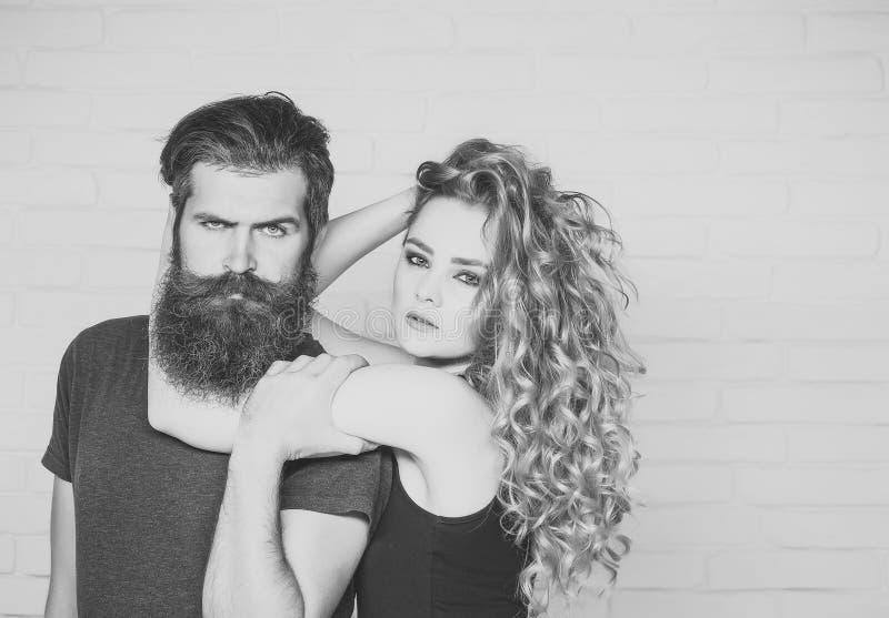 Mädchen und bärtiger Hippie stockfotos