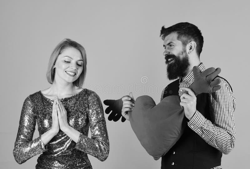 Mädchen und bärtiger Mann mit erfreuten Gesichtern spielen mit Herzen lizenzfreies stockbild