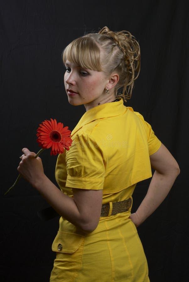 Mädchen und Blume lizenzfreie stockfotos