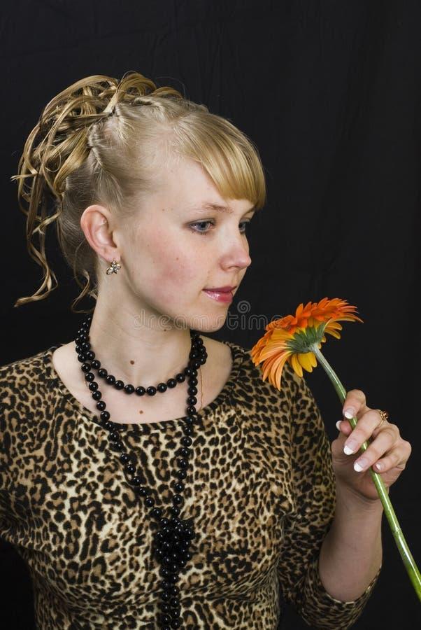 Mädchen und Blume stockfotografie
