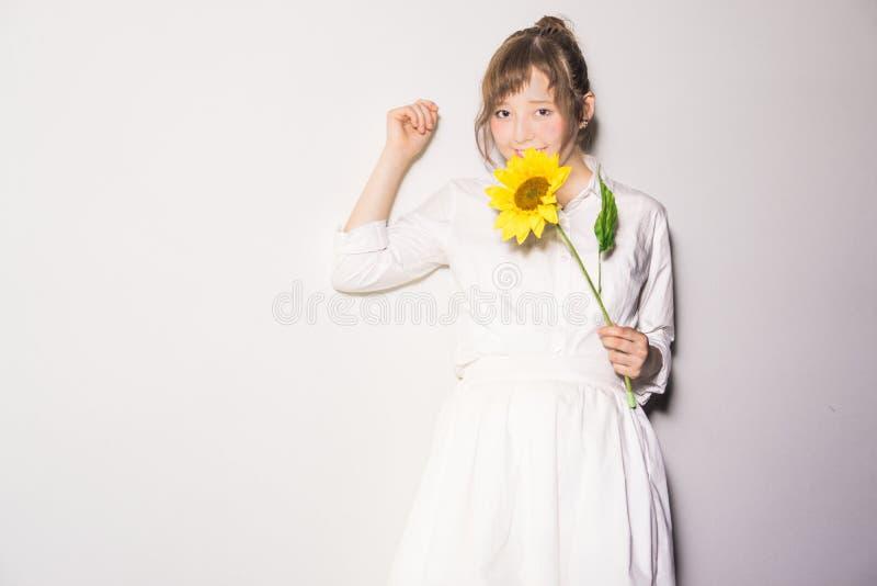 Mädchen und Blumen III lizenzfreie stockfotos