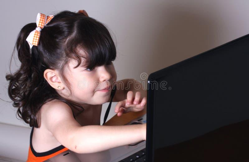 Mädchen Und Computer Kostenloses Stockfoto