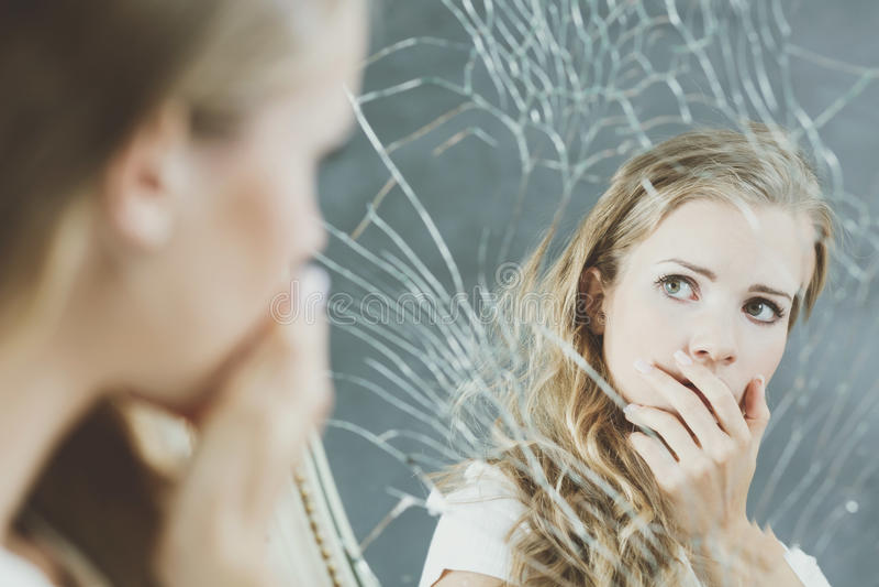 Mädchen und defekter Spiegel stockfoto