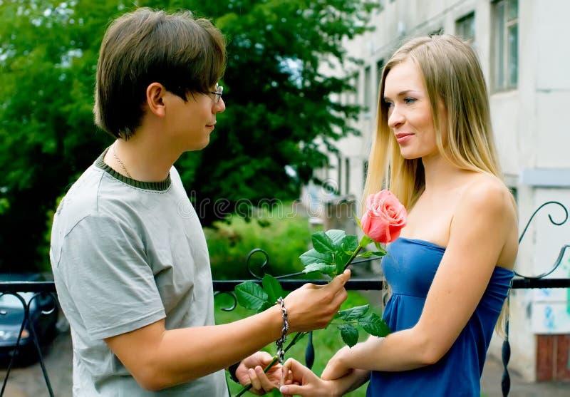 Mädchen und die jungen Männer lizenzfreies stockfoto