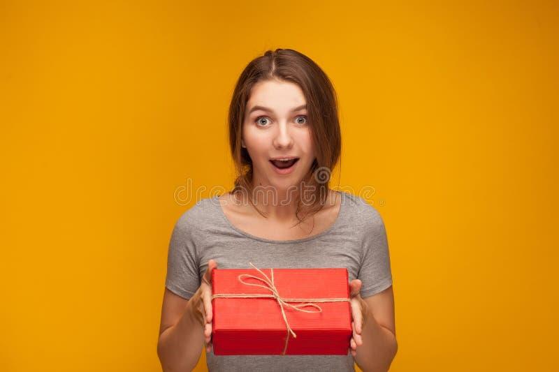 Mädchen und ein Geschenk lizenzfreies stockbild