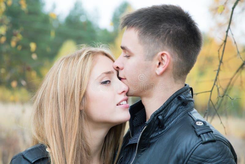 Mädchen und ein Küssen des jungen Mannes lizenzfreie stockfotografie