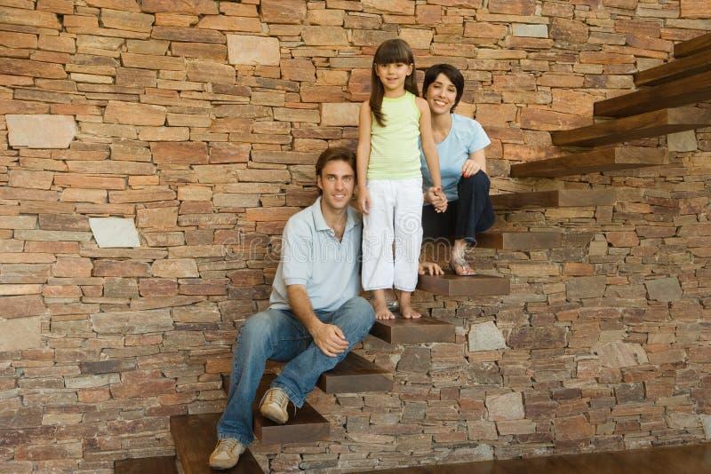 Mädchen und Eltern auf Treppe stockfoto