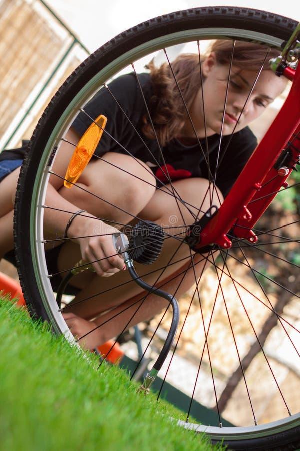 Mädchen und Fahrrad mit Luftverdichter lizenzfreies stockbild