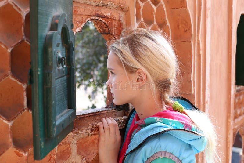 Mädchen und Fenster stockfotografie