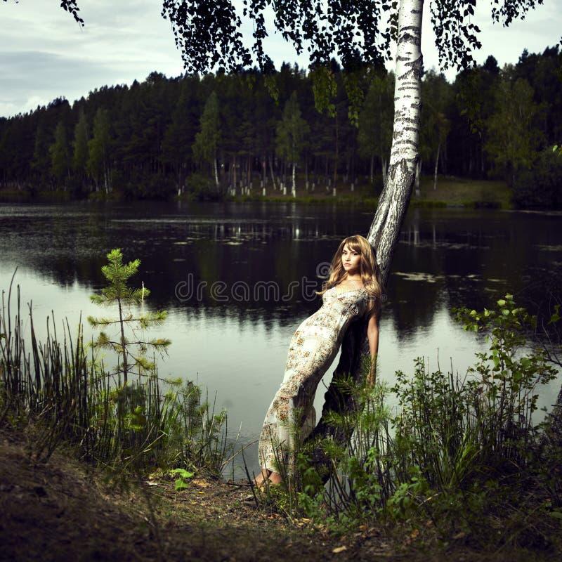 Mädchen und Fluss stockbilder