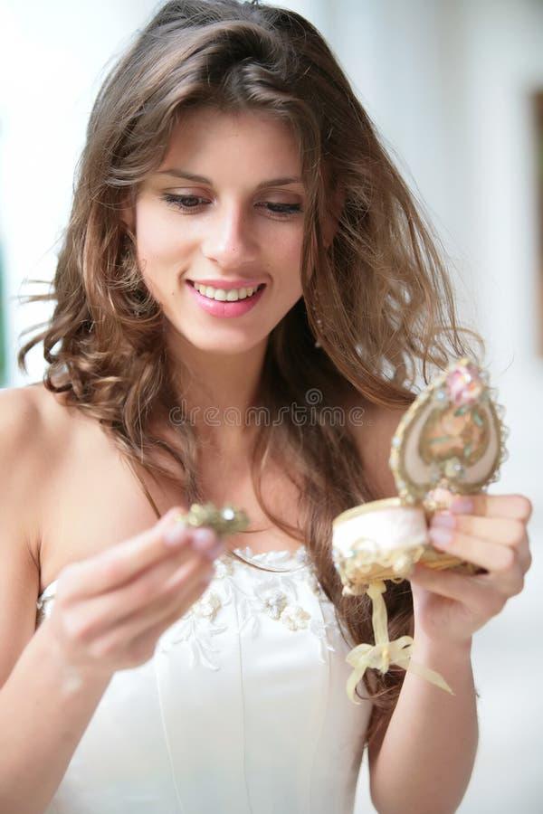 Mädchen und Geschenk stockfoto