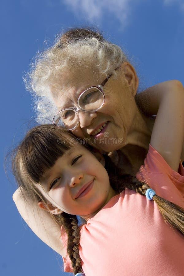 Mädchen und Großmutter auf Himmel lizenzfreie stockfotos
