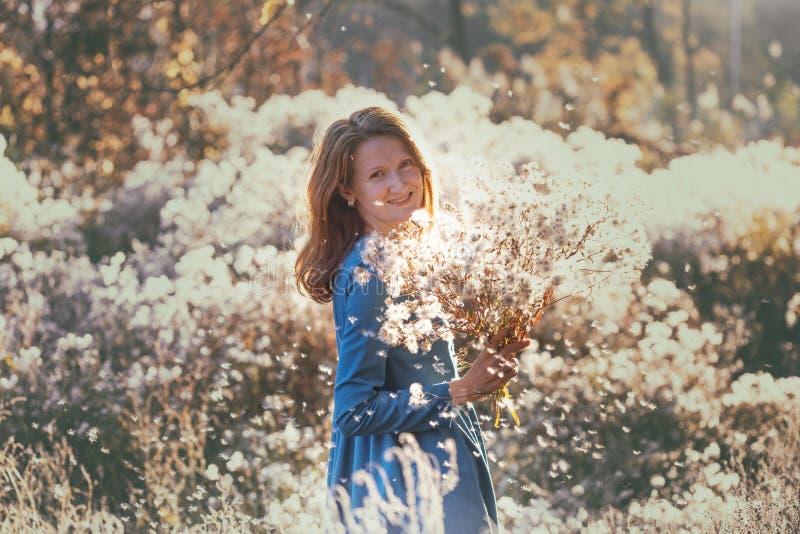 Mädchen und Herbst lizenzfreie stockbilder