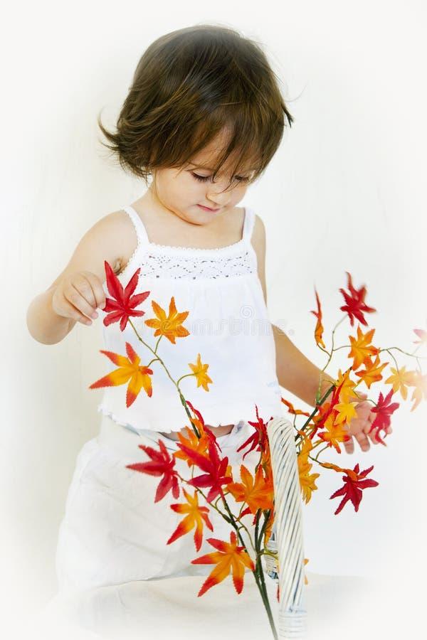 Mädchen und Herbstzweig lizenzfreies stockbild