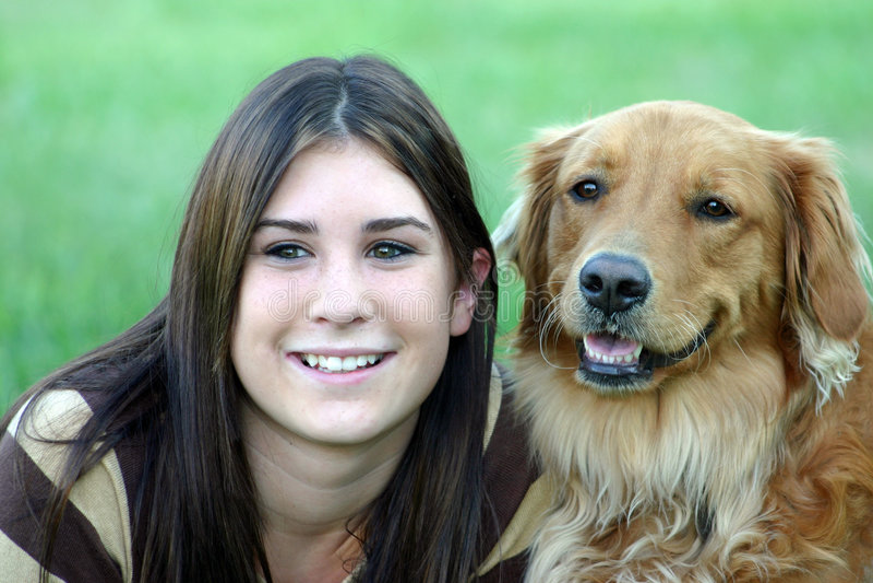 Mädchen und Hund stockfoto