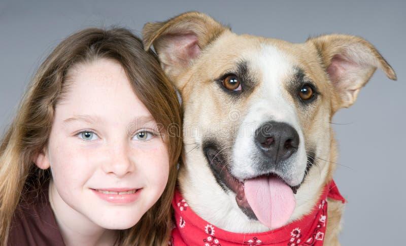 Mädchen und Hund lizenzfreies stockfoto